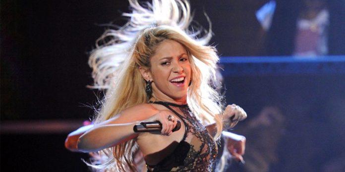 Mercancía del tour de Shakira causa controversia