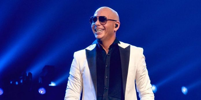 Pitbull plasma sus huellas en Hollywood